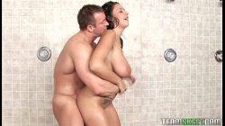 Cycata brunetka ostro zerżnięta przez dziekana po prysznicu