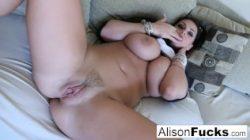Alison pociera swoje gigantyczne kołatki