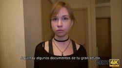 DŁUG4k. Deudor adolescente paga sus deudas usando boca y vagina tiernas