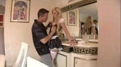 Blond pokojówka wyruchana w dupę przez właściciela