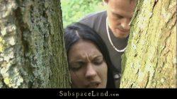 Gorąca brunetka krępowana w lesie i pieprzona