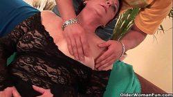 Seksowna babcia cieszy się kutasem w ustach i owłosioną cipką