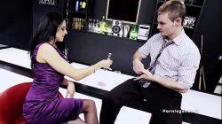Louise Jenson: La Milf brune aux gros seins en lingerie suce et baise dans un bar