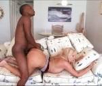 Cudowna mamuśka uprawia seks z murzynem